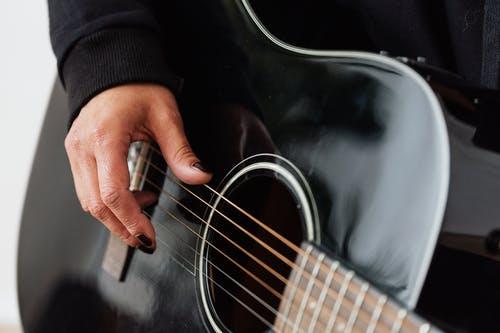 Tout ce qu'il faut savoir pour jouer de la guitare